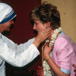 Lady Di en un visita solidaria a La India