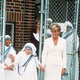 La Madre Teresa de Calcuta con Lady Di meses antes de sus respectivas muertes