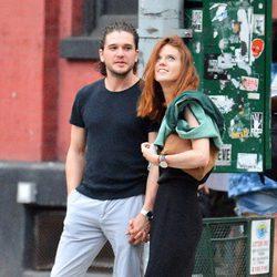 Kit Harington y Rose Leslie paseando de la mano por las calles de Nueva York