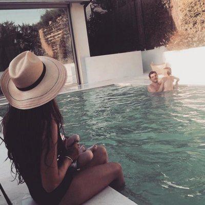 Iker Casillas y Sara Carbonero en la piscina con sus hijos Martín y Lucas