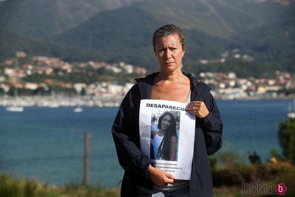 Diana López-Pinel mostrando la foto de su hija Diana Quer, desaparecida el 22 de agosto
