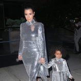 Kim Kardashian y North West visten a juego para ir a una actuación de Kanye West