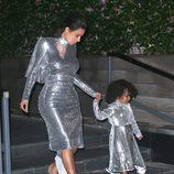 Kim Kardashian y North West visten iguales en una actuación de Kanye West