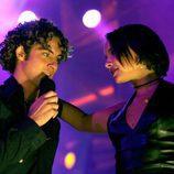 Chenoa y David Bisbal cantando muy cómplices sobre el escenario de 'Operación Triunfo 1'