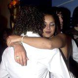 Chenoa y David Bisbal abrazándose en un acto promocional de 'Operación Triunfo 1'