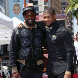 Usher con will.i.am en el Paseo de la Fama de Hollywood