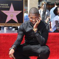 Usher, muy sonriente con su estrella en el Paseo de la Fama de Hollywood
