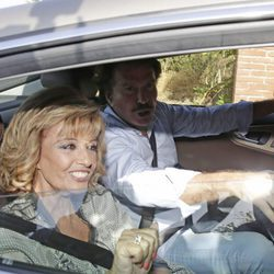 María Teresa Campos y Bigote Arrocet llegando a la boda de Rocío Carrasco y Fidel Albiac
