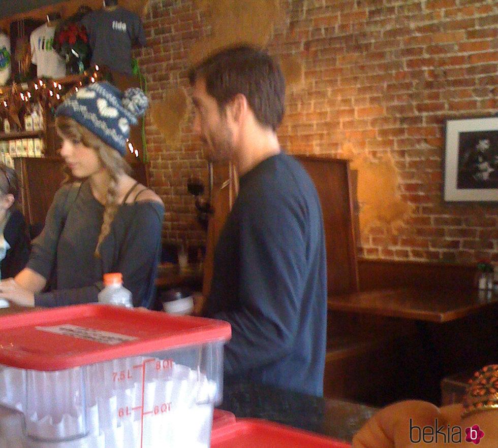 Taylor Swift y Jake GyllenHaal en Nashville