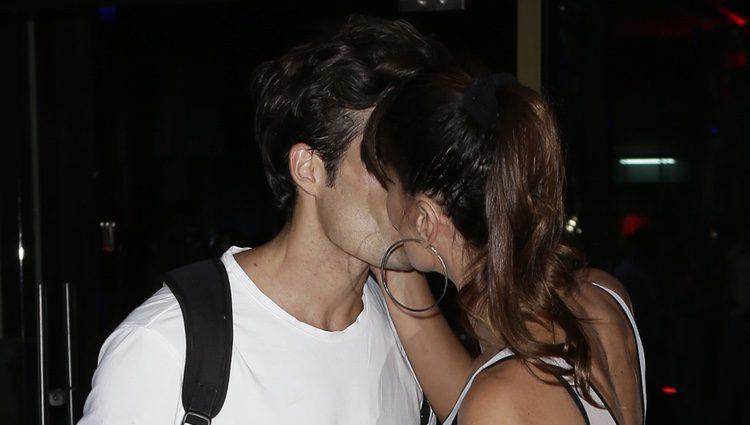 Sonia Ferrer besando a Nahuel Casares en el desfile de Félix Ramiro en Madrid Fashion Show Men
