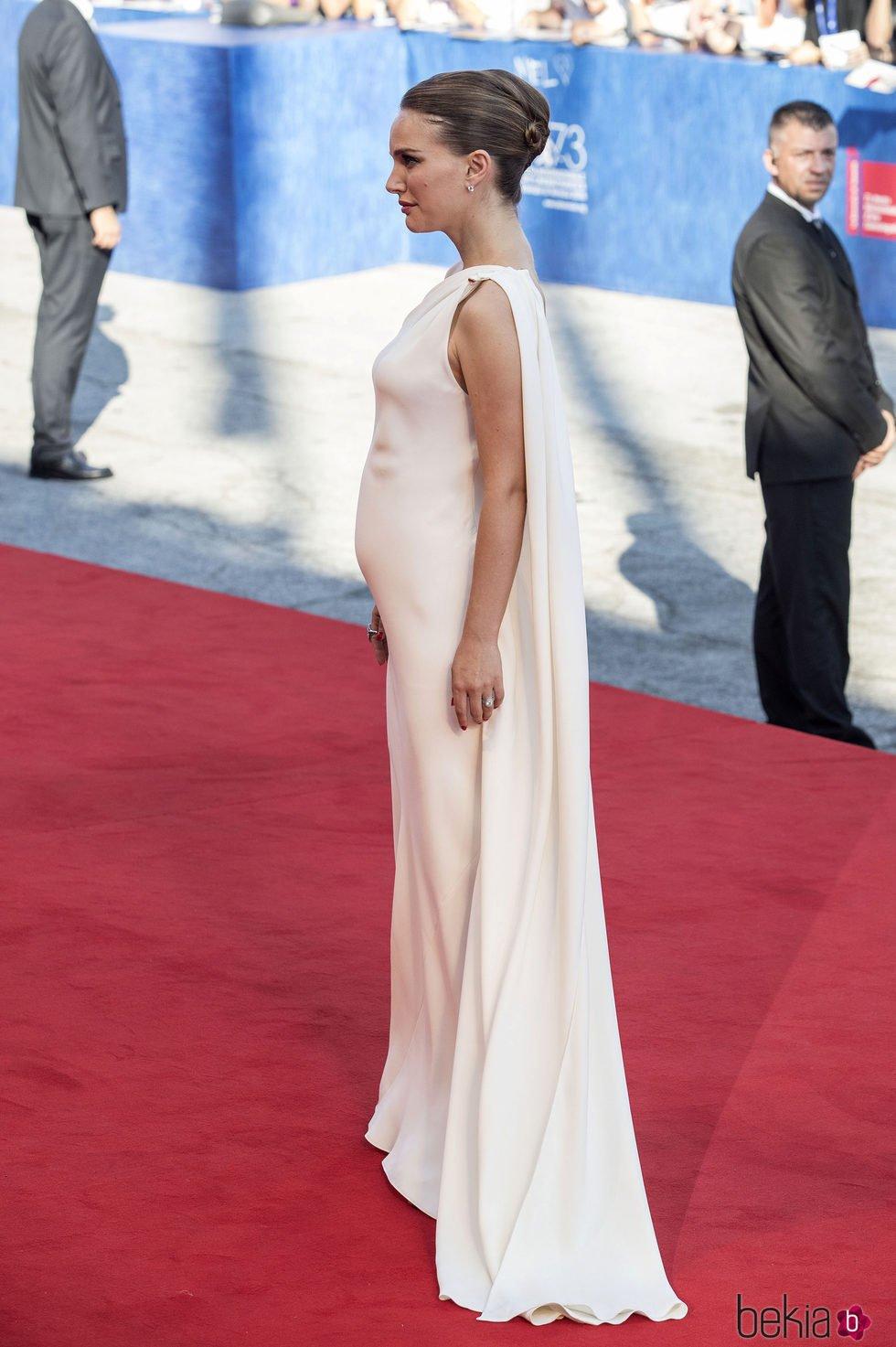 Natalie Portman, de perfil, en la premiere de 'Planetarium' en el Festival de Cine de Venecia 2016