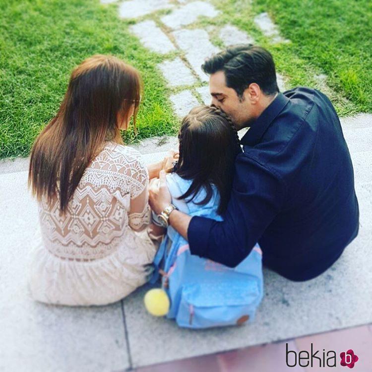 David Bustamante y Paula Echevarría con su hija Daniella antes de ir al colegio