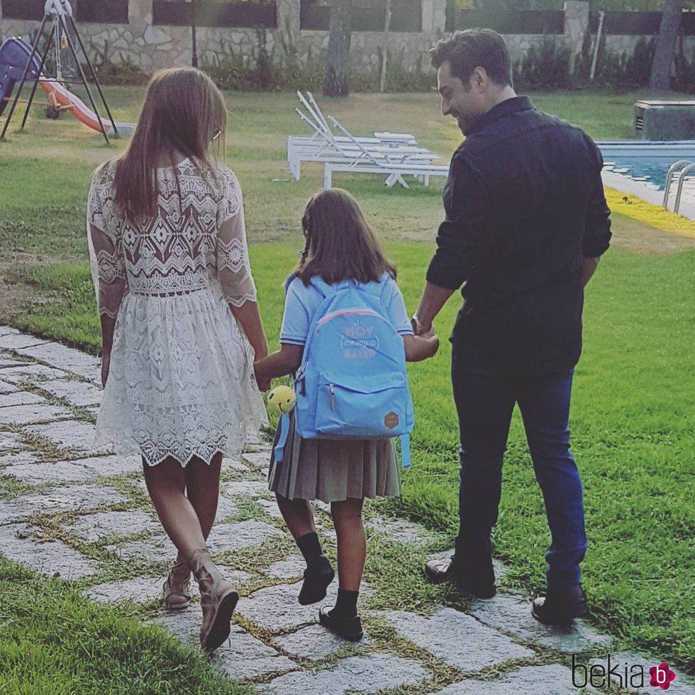 Paula Echevarría y David Bustamante llevan de la mano a su hija Daniella antes de la vuelta al cole
