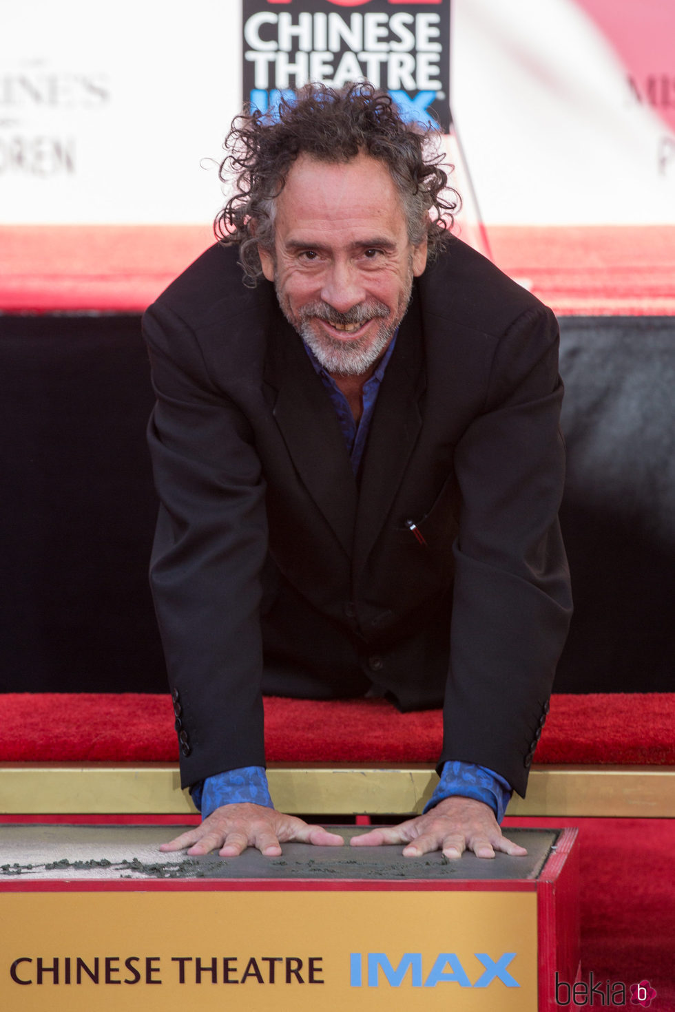 Tim Burton dejando sus huellas frente al Teatro Chino de Hollywood