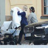 Sofia Hellqvist y su hijo el Príncipe Alejandro horas antes de su bautizo