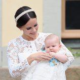 Sofia Hellqvist con su hijo el Príncipe Alejandro en brazos el día de su bautizo