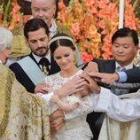 Los Príncipes Carlos Felipe y Sofia bautizando a su hijo Alejandro de Suecia