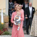 La Princesa Victoria de Suecia con su hijo Oscar de Suecia en el bautizo del Príncipe Alejandro