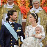 Los Príncipes Carlos Felipe y Sofia con su hijo Alejandro durante su bautizo