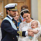 Carlos Felipe de Suecia y Sofia Hellqvist muy cariñosos con su hijo Alejandro el día de su bautizo