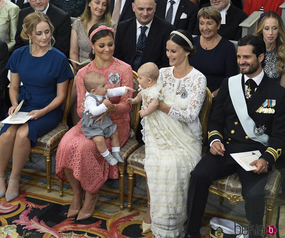 Alejandro de Suecia jugando con su primo Oscar de Suecia durante su bautizo