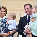 La Princesa Magdalena y Chris O'Neill con sus hijos Leonor y Nicolas en el bautizo de Alejandro de Suecia