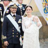 Los Príncipes Carlos Felipe y Sofia con su hijo Alejandro tras su bautizo