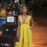 Paula Echevarría lanzando besos en el estreno de la cuarta temporada de 'Velvet' en el FesTVal de Vitoria 2016
