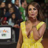 Paula Echevarría lanza un beso en el estreno de la cuarta temporada de 'Velvet' en el FesTVal de Vitoria 2016
