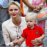 Charlene de Mónaco con su hijo Jacques en el picnic anual de Mónaco 2016