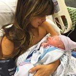 Hilaria Thomas con su bebé recién nacido