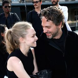 Amanda Seyfried y Thomas Sadoski en la Paris Fashion Week