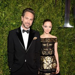 Amanda Seyfried y Thomas Sadoski durante los premios Tony Awards 2015