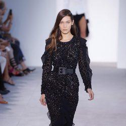 Bella Hadid desfilando para Michael Kors en Nueva York Fashion Week primavera/verano 2017