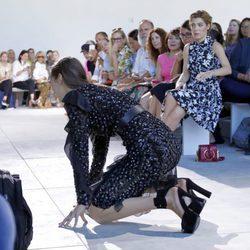 Bella Hadid se cae durante el desfile de Michael Kors en Nueva York Fashion Week primavera/verano 2017