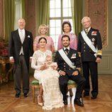 Alejandro de Suecia con sus padres y abuelos en su bautizo