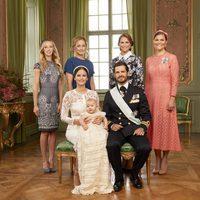 Alejandro de Suecia con sus padres y tías en su bautizo