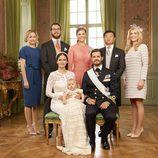 Alejandro de Suecia con sus padres y sus padrinos en su bautizo