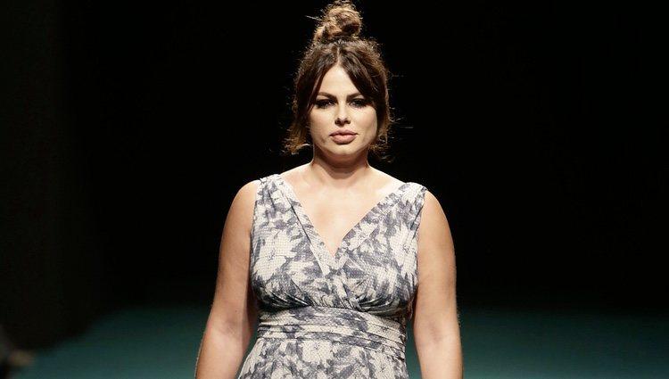 Marisa Jara desfilando para Elena Miró sobre la Madrid Fashion Show Woman
