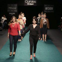 Carlota Corredera y Marisa Jara desfilando para Elena Miró sobre la Madrid Fashion Show Woman