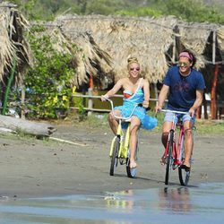 Shakira y Carlos Vives durante la grabación del video de la canción 'La Bicicleta'