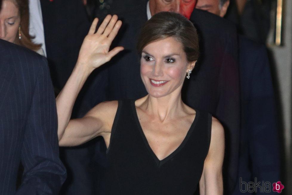 La Reina Letizia saluda muy feliz en su 44 cumpleaños
