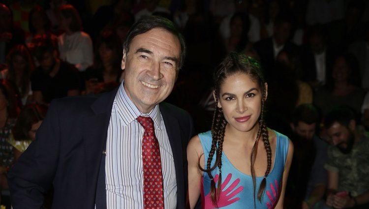 Cósima Ramírez y Pedro J Ramírez en el front row del desfile de Ágatha Ruiz de la Prada en Madrid Fashion Week primavera/verano 2017