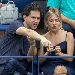 Sienna Miller junto a su novio, Bennet Miller