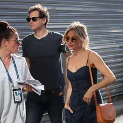 Sienna Miller y su novio, Bennet Miller acudiendo al tenis