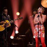 Miley Curys actuando con The Roots en 'The Tonight Show'