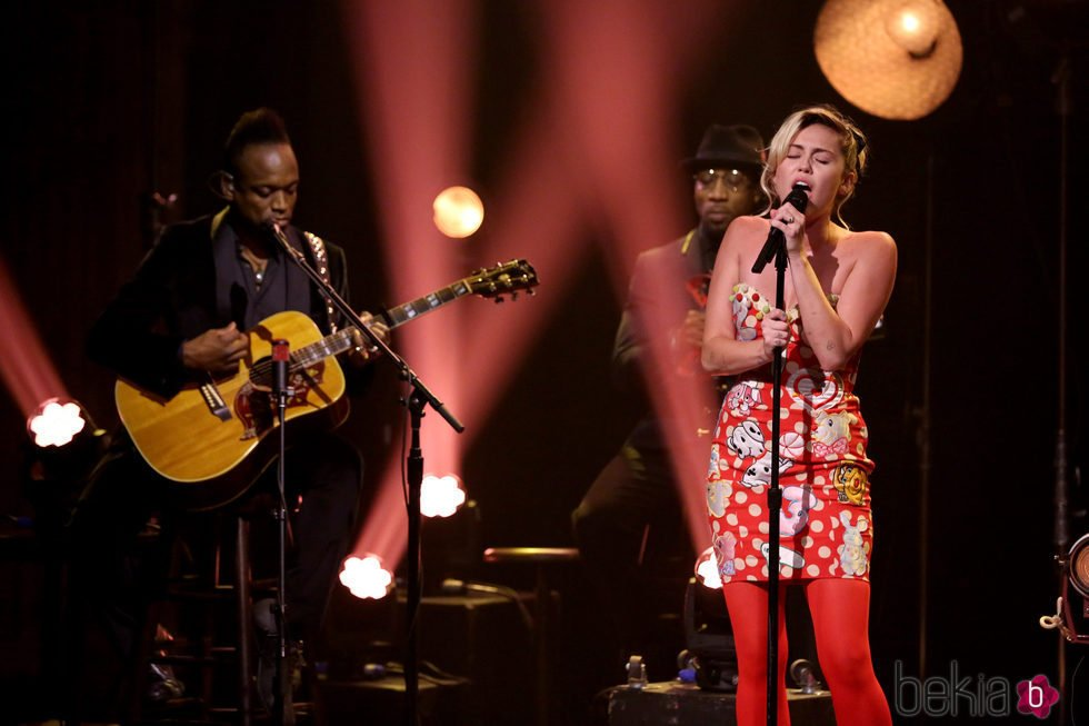 Miley Curys actuando con The Roots en 'The Tonight Show'