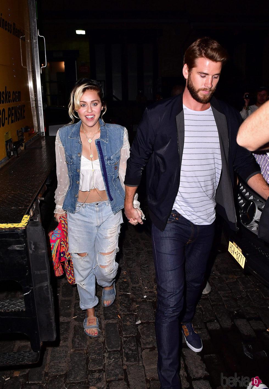 Miley Cyrus y Liam Hemsworth caminan de la mano en Nueva York