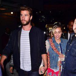 Miley Cyrus luce su supuesto anillo de compromiso junto a Liam Hemsworth