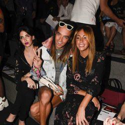 Steisy y Aless Gibaja en el desfile primavera/verano 2017 de Maria Ke Fisherman en la Madrid Fashion Week